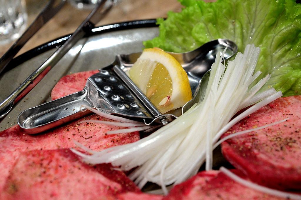 秘苑燒肉-牛舌的檸檬與蔥絲特寫