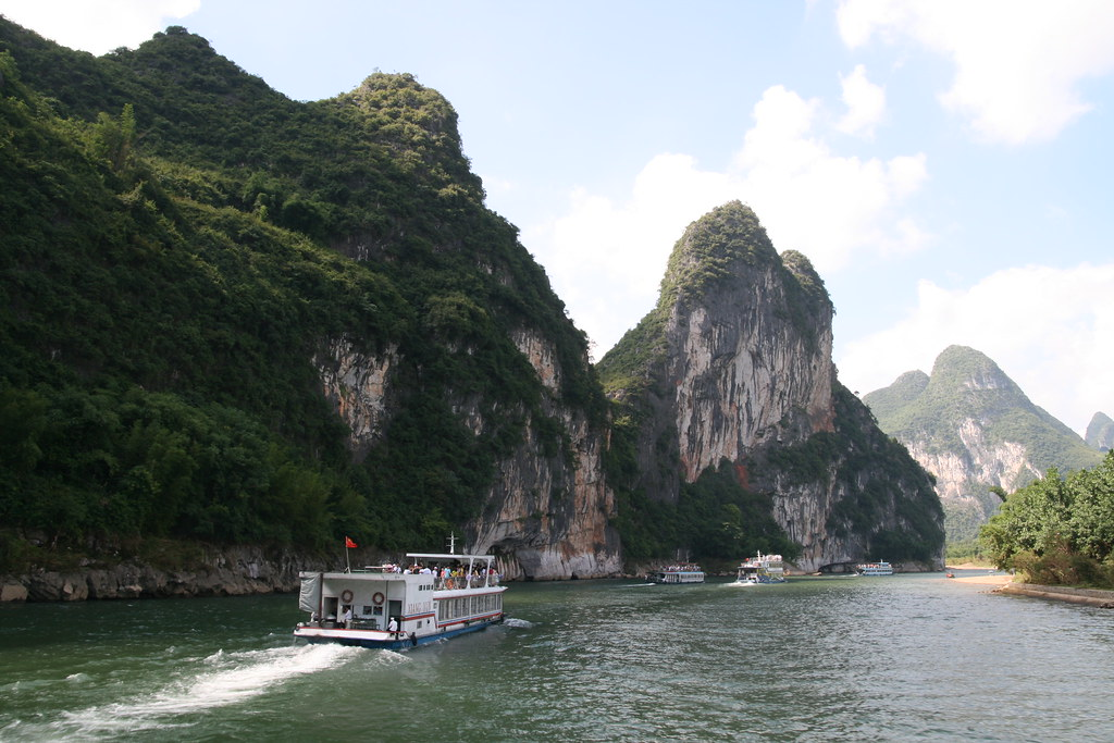 Cruising on the Li River | Cruise boats on the Li River, pas… | Flickr