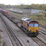 With Hinksey Yard (VQ) as a backdrop, 66025 powers a northbound intermodal possibly a late-running 4M66 for Birch Coppice 23 Oct 2009