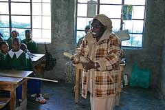 Lærer i gang med undervisning på Githabai Primary School