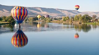 Photo montgolfière reflet lac