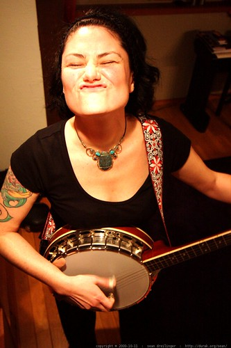rachel playing her banjo    MG 5972