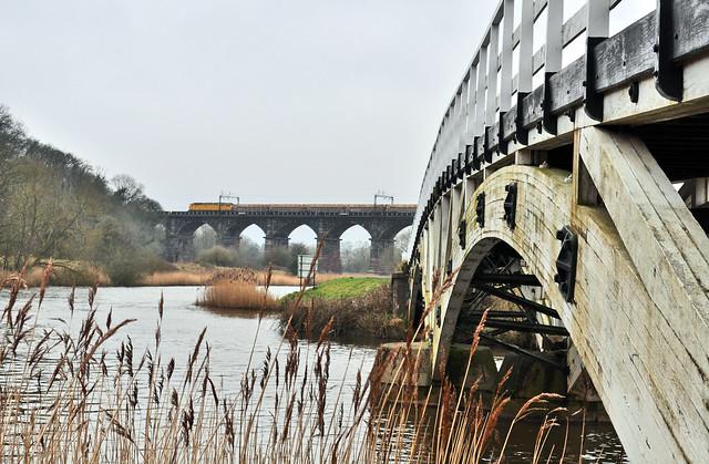 Мост, поезд, река