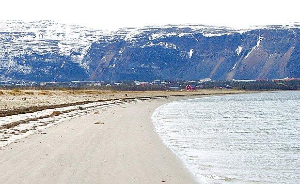 Frå badestranda ved Lakselv. Foto: Thor Thorsson/CC BY-SA 2.0-lisens