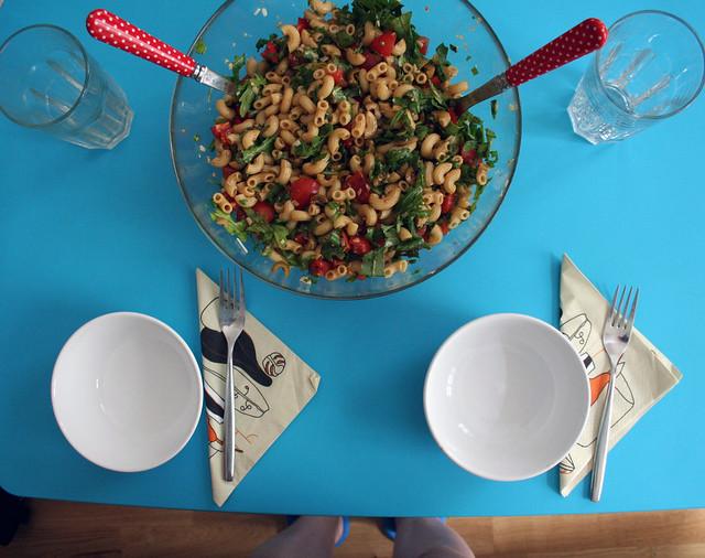 nudelsalat mit rucola & oliven