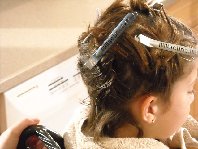 Remove head lice from nape and behind ears