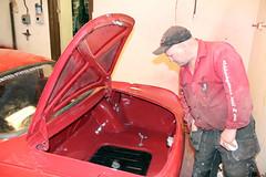 Stefan inspekterar bagageutrymmet.