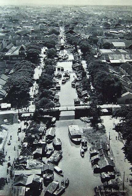 La rue des marchands. Le canal Bonnard, appelé aussi canal des poteries, est l'une des principales artères commerciales de Cholon.