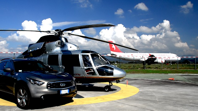 Prima Aereo O Elicottero : Interscambio auto aereo elicottero in pista hoverfly