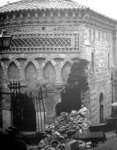 Derrumbe de parte de la mezquita del Cristo de la Luz de Toledo el 18 de febrero de 1964 debido a las humedades del subsuelo. Foto Flores. Archivo Luis Alba.