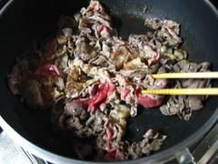 牛肉を炒める