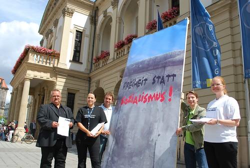 JU Maueraktion vorm Magdeburger Rathaus