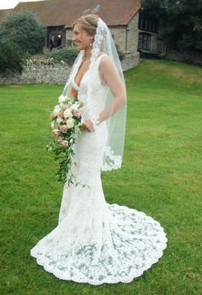 Beautiful vintagelook cream lace wedding dress in size UK 810 in 2 layers