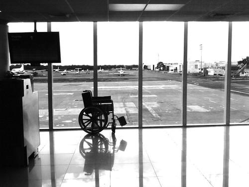 blackandwhite bw blancoynegro airport waiting sonyericsson wheelchair explore esperando aeroport aeropuerto silladeruedas thedevlins yucatán explored k790a mérida méxico wetravel rocoeno crónicasdelviajerodeluz thelighttravelerchronicles thelighttravelerdiaries diariodelviajeroligero thelighttraveler