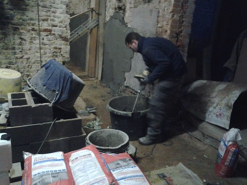 Cimentage des murs au Technicrete E pour renforcer la maçonnerie fortement attaquée par l'humidité ascensionnelle.