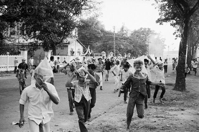 Sài Gòn 8-4-1966, đám người biểu tình chống Mỹ trùm đầu bằng bao nylon để chống hơi cay của cảnh sát giải tán biểu tình