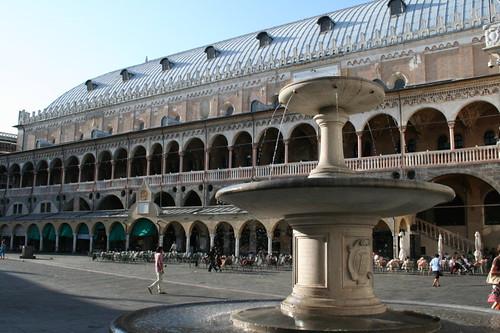 Palazzo della Ragione et fontaine de Tullio Paoletti