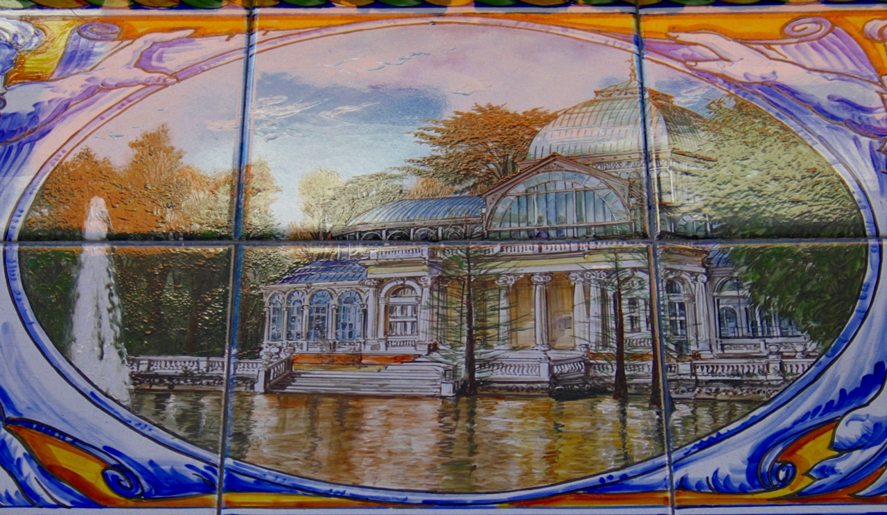 Azulejo del Palacio de Cristal del Retiro. Calles Buen Suceso y Martín de los Heros. Madrid