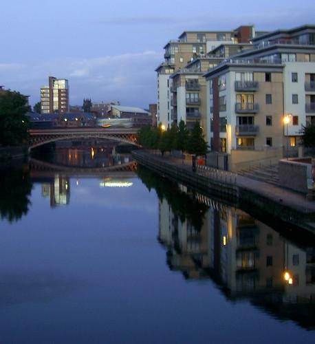 night reflection dusk trinityone cadésin leeds crownpointbridge crownpoint bridge riveraire aire johnnyg1955