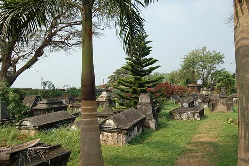 Jahrhundertealte Gräber neben der St. Franziskus Kirche in Cochin
