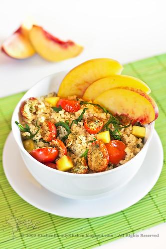 Insalata di quinoa alla rucola, pesche e pomodorini gratinati