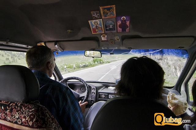 Wnętrze marszrutki podczas podróży do Kazbegi