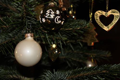 geschmückter weihnachtsbaum erleuchtet