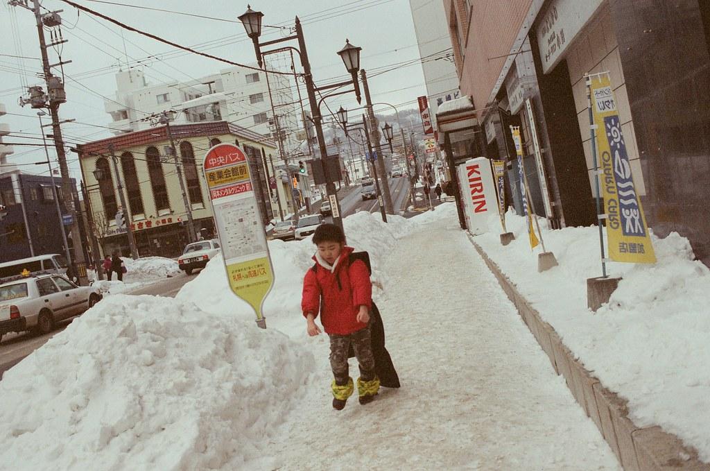 小樽 Otaru 北海道 / Fujifilm 500D 8592 / Nikon FM2 忘記弟弟在幹嘛,好像很激動的跳著吧!  一路上眼睛緊貼著觀景窗,稍微有點隨意的按快門。  Nikon FM2 Nikon AI AF Nikkor 35mm F/2D Fujifilm 500D 8592 1119-0019 2016/02/02 Photo by Toomore