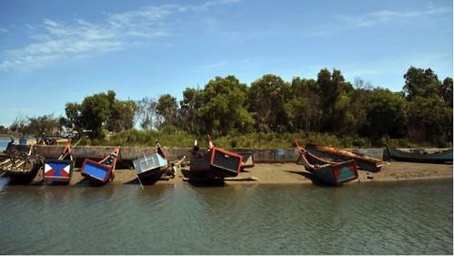 海嘯過後,亞齊漁民正在清理他們的漁船(圖片來源:Adek Berry 法新社)
