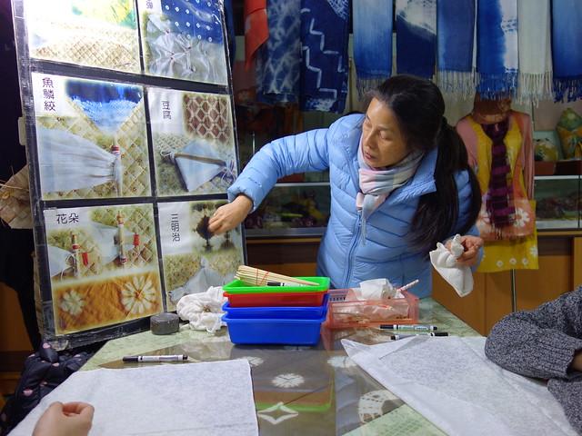 老師耐心的講解每一種花色的技巧與變形@鳳林鎮花手巾工坊