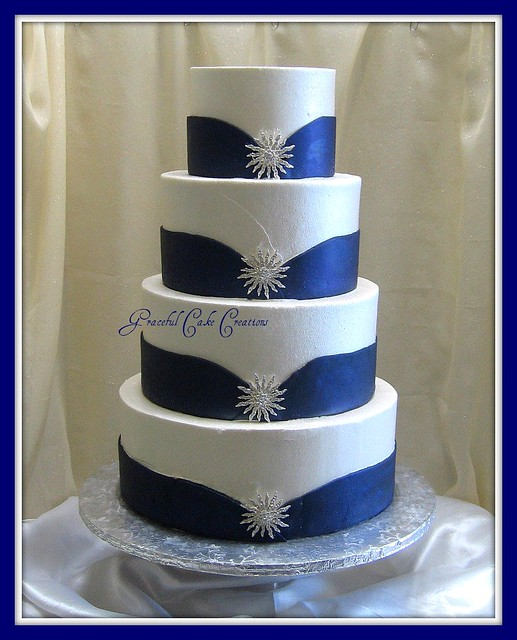 Royal Blue Wedding Cakes: White And Blue Wedding Cake With Silver Jewelry