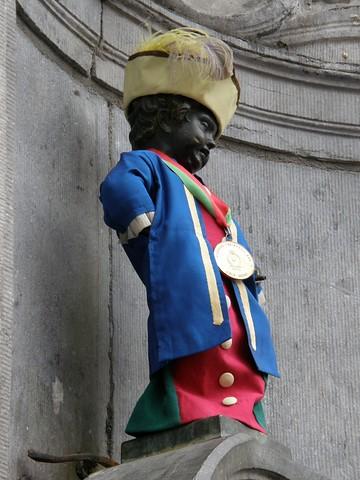 Manneken Pis vestido de porteador de gigante