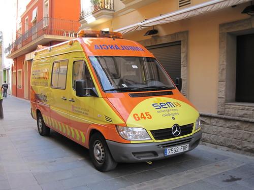 Ambulància al centre de Ripoll (Ripollès)