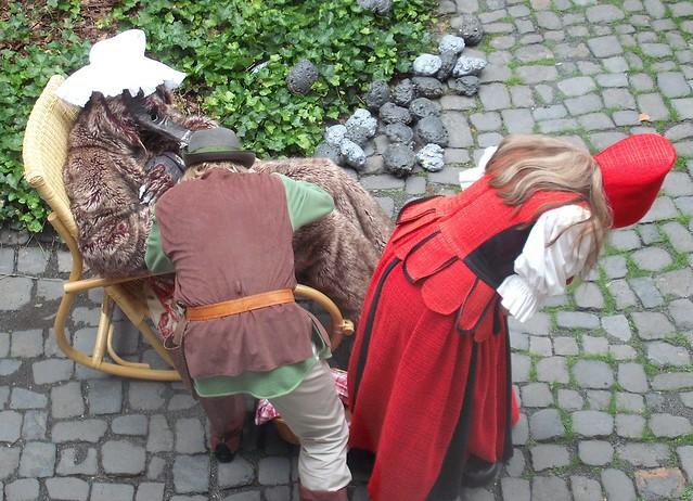 Rotkäppchens Vater schaut im Magen des Wolfs nach weiterem Inhalt