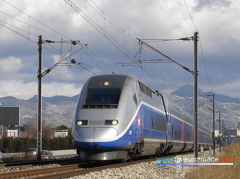 Un TGV Duplex circulant sur la voie classique entre Nice et Marseille le 3 février 2008