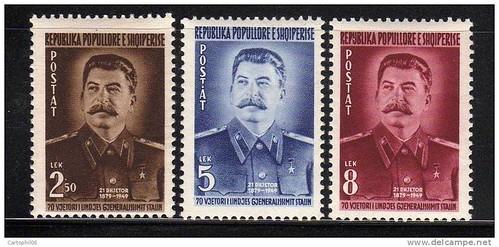 "Me Stalinin (1949). Pullë përkujtimore të 70 vjetorit të lindjes së ""gjeneralisimit"" Stalin. Timbres albanais à l'effigie de Staline. Emission de 1949, pour le soixante-dixième anniversaire de sa naissance."