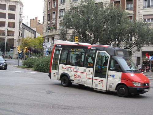 Microbus Mercedes Benz de TMB a la Via Augusta de Barcelona
