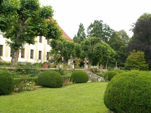 Diesbar Seuslitz ein Spaziergang durch den Park, Barockgarten und die Weinberge, mit Skulpturen, die die Jahreszeiten und Monate versinnbildlichen. In der Hauptachse des Parks liegt die Heinrichsburg, ein schlichtes zweigeschossiges Gartenhaus, benannt nach dem Grafen Heinrich von Bünau, 1725 / 1726 nach Plänen von George Bährs erbaut 898