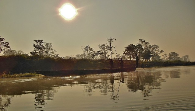 NEPAL, Chitwan-Nationalpark, morgendliche abenteuerliche  Bootsfahrt (auf dem Fluss Rapti) entlang dem Dschungel , (Serie), 15287/7998