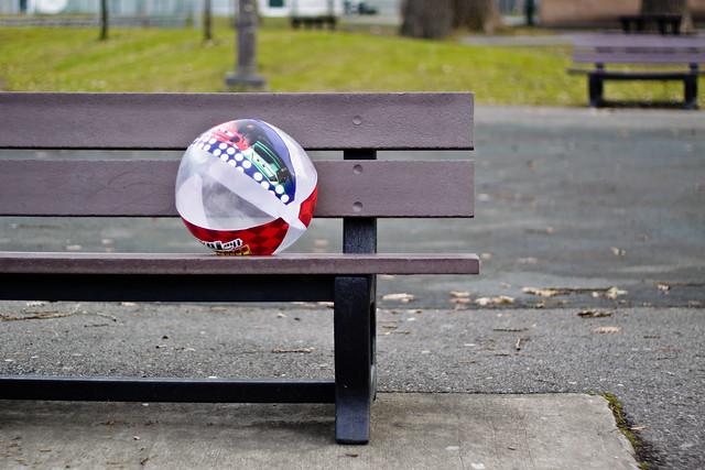 Un ballon sur le banc