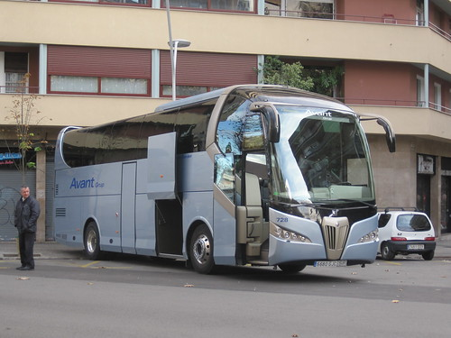 Autocar de l'empresa AVANT carrossat per Noge al carrer Còrsega de Barcelona