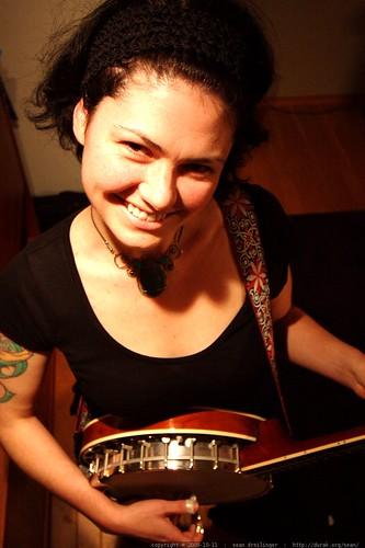 rachel playing her banjo    MG 5988