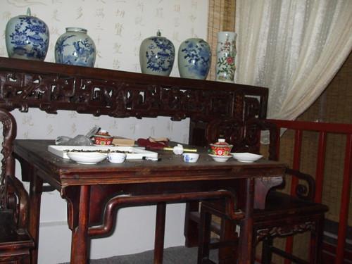 卧室的古董陶瓷罐Antique pottery at living room 卧室内的...