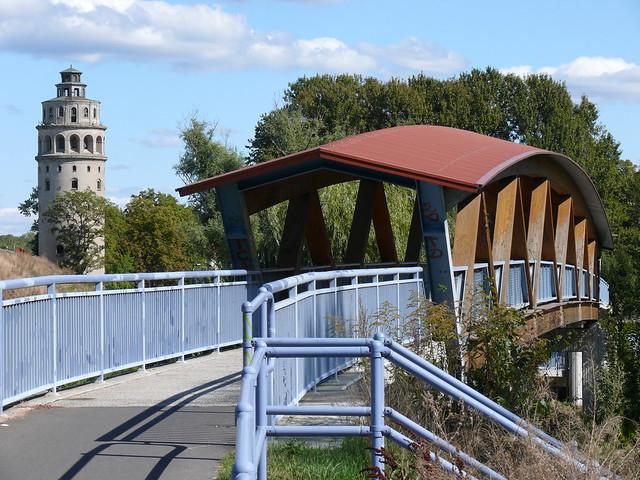 Niederlehme: Wasserturm und Fußgängerbrücke