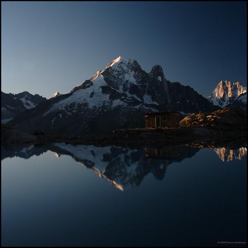 mountain lake reflection alpes sunrise hike hut mountaineering getty chamonix alp treck refuge lacblanc aiguilleverte grandesjorasses lesdrus lacblanc0708 massifsaiguillesrouges