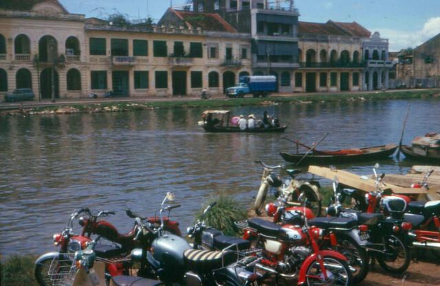 Kênh Tàu Hủ, bên này là Bến Bình Đông, bên kia là Bến Lê Quang Liêm (nay là đường Võ Văn Kiệt)