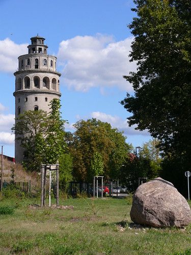 Wasserturm und Findling
