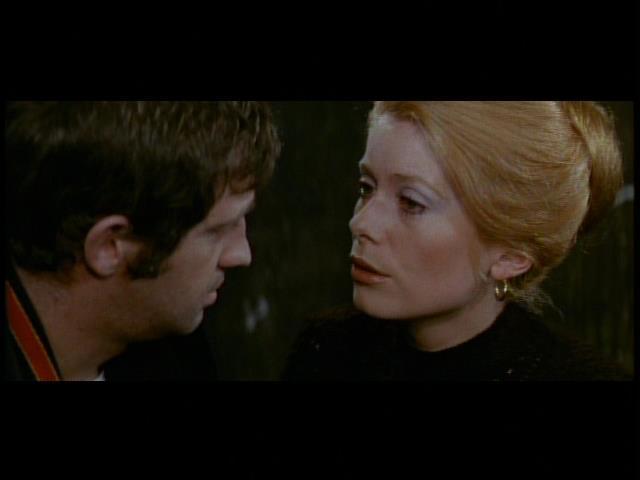 フランソワ・トリュフォー監督「暗くなるまでこの恋を」のカトリーヌ・ドヌーブとジャン=ポール・ベルモンド。