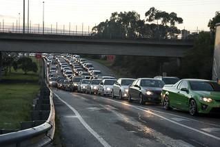 来自东方高速公路队的交通队进入Hoddle Street和朝向城市