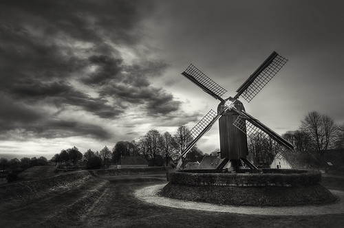 blackandwhite mill netherlands nikon zwartwit earlymorning nederland groningen hdr molen d300 bourtange grainmill sigma1020 graanmolen tonemapped minimeeting 7exposures guidomusch martinheinsius